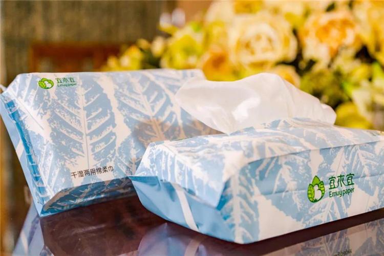 宜木宜®干湿两用棉柔巾:主要成份:水刺无纺布、天然纤维素。产品特点:优质棉精制而成,不含荧光增白剂、温和不刺激。干湿两用,不掉絮,给肌肤更温柔的呵护。触感柔软细腻,亲肤舒适,满足肌肤多种清洁需求。使用范围:适用于擦拭皮肤表面等。